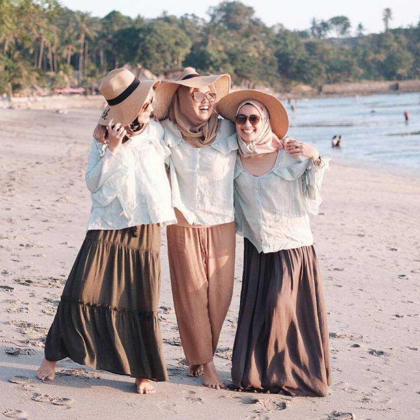 7 Tips Sederhana Padu Padan Style Hijab ke Pantai cover image